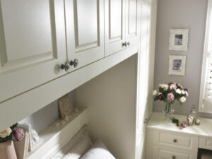 Fitted wardrobe bridging unit for overbed storage